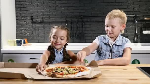 Nekvalitní potraviny. Oblíbené jídlo pro děti. Dvě děti jíst pizzu se první díl. Koncepce životního stylu. 4k