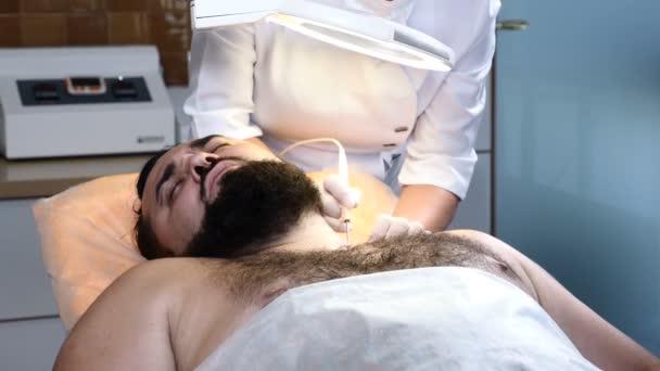 Brutální tmavovlasý muž zdravotní klinice. Dermatolog je elektrokoagulace. 4k