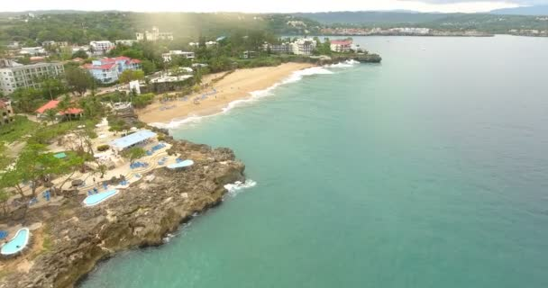 Letecký pohled na jižních pobřeží malé letovisko v blízkosti oceánu. Pohled shora na bílé jachty, lodě a domy. Koncept Resort. Lidé dovolená. 4k