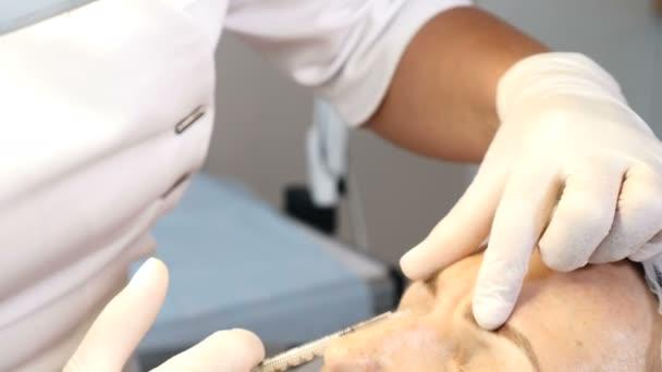 Botox injekce. Středního věku-žena dostane obličeje rejunavetion zdravotní klinice. Kosmetička, takže krása injekce. 4k
