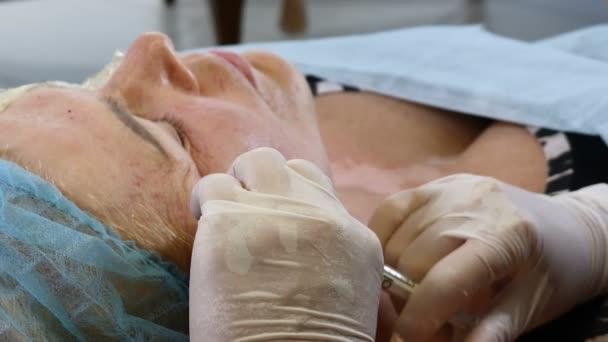 Vedoucí beauty clinic. Detail samice starší klient dostane kosmetické procedury. Antiwrinkle injekce. Mezoterapie zdravotní klinice. HD