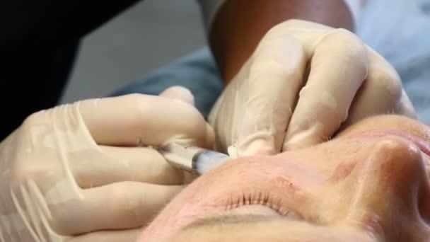 Více než 60 koncept. Starší žena se injekčně ženské kosmetička. Zblízka stříkačky v rukou kosmetička s kapalinou výplň bude vložen. HD
