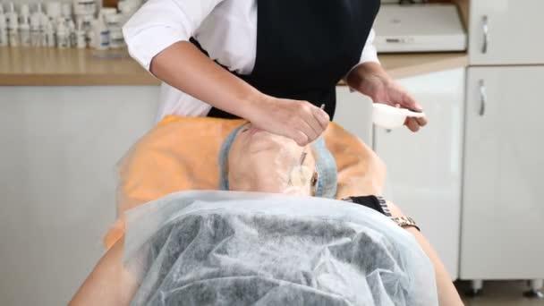 Zdravotní klinice. Kosmetička v obličejové masce mezoterapie kosmetologie postupu. Krásy injekce. HD