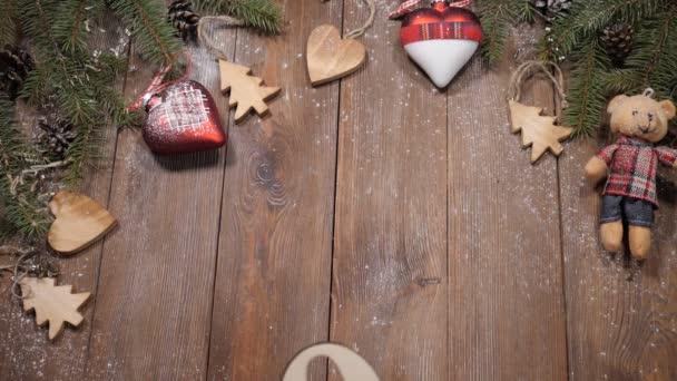 Kellemes karácsonyi ünnepeket és boldog új évet 2019 2020 fogalom. Női kezek hozza fa szimbólumok 2019 fa háttér, ahol új év-szimbólumok kerülnek: fenyő fa ágai, karácsonyi játékok
