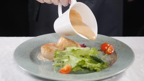 Příprava jídla. Nalil smetaně na zoubky a zdravý salát podávané na talíř, hd