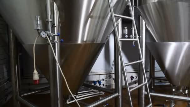 Pivo vyrábí. Velké kovové nádrže pro kvašení piva. Varny. Moder pivovarnický průmysl. Craft beer. . 4k