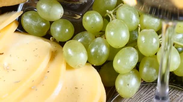 Käse, Glas Rotwein und Trauben auf hölzernen Hintergrund. Essen-Kunst. Restaurant Essen servieren. Catering-Konzept. HD