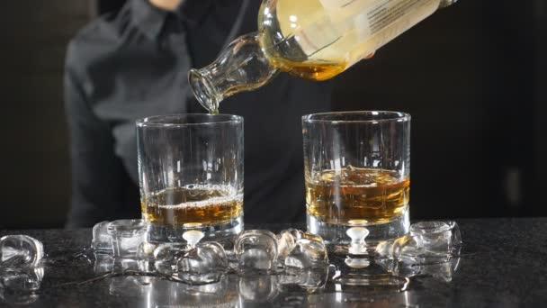 V panelu čítače. K nepoznání ženské barman v černé košili nalil whisky do štamprle ve zpomaleném filmu. Koktejl tvorby koncepce... HD