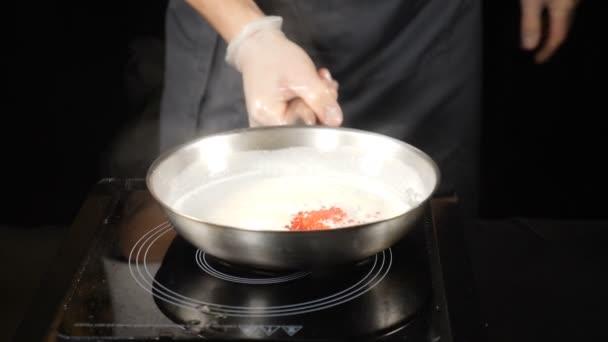 Nagy konyha. Chef étteremben ízletes mártással a serpenyőben főzés. Lassú mozgás. HD