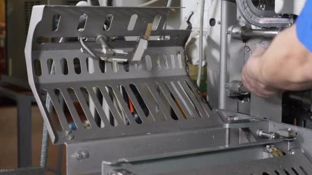 Hús-feldolgozó üzem. Kolbász-ipar. Végső proccess kolbász gyártás. Kolbász gyártósor modern húsfeldolgozó üzem. Halal tanúsítvány. Az élelmiszeripar számára. 4k