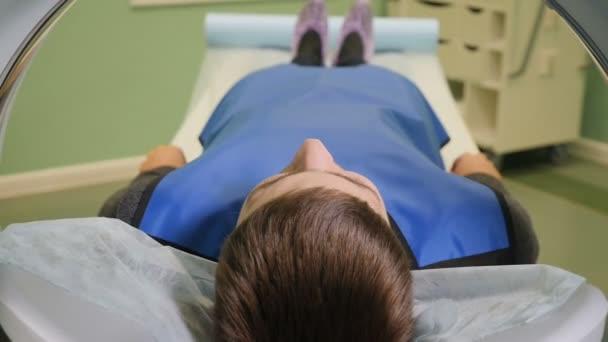 Draufsicht von innerhalb des Ct-Maschine. Closeup Aufnahme des männlichen Patienten Einzug eines Ct-Scanners. Medizinische Geräte: Computer-Tomographie-Maschine in moderne Klinik. Gesundheitskonzept. Arzt drückt Einstellungen