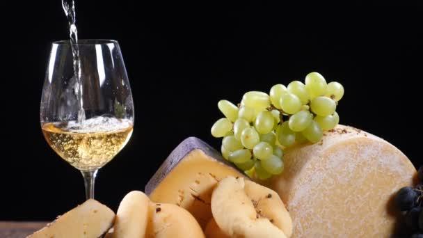 Restaurace sýr umění. Zavést řadu tvrdých sýrů krásně složení. Víno se nalévá do flass v pomalém pohybu. Víno a předkrm koncept. Luxusní restaurace konceptu. Jídlo umění. HD