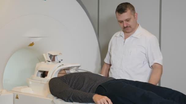 Closeup Aufnahme des männlichen Patienten Einzug eines Ct-Scanners. Medizinische Geräte: Computer-Tomographie-Maschine in moderne Klinik. Gesundheitskonzept. Arzt drückt die Schaltfläche Einstellungen des Ct Mri Scanner. HD