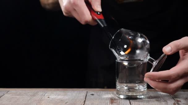 Schöne Zeitlupe Schuss von Barista cocktail machen. Hautnah. Barmer Kochen Sambuca in Bar. Barkeeper brennenden Sambuca. Cocktail Zubereitung. Machen cocktail. Barmer machen cocktail. Flaming