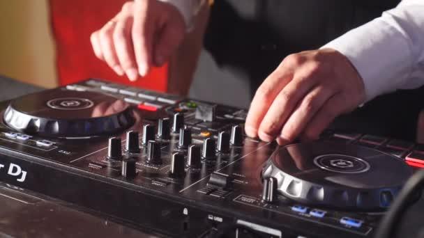 Blízko DJ rukou hraje hudební večírek na moderním CD USB přehrávači v disco klubu-noční život a zábavní koncepce. DJ otočný konzoli míchání dvou rukou v koncertním nočním klubu