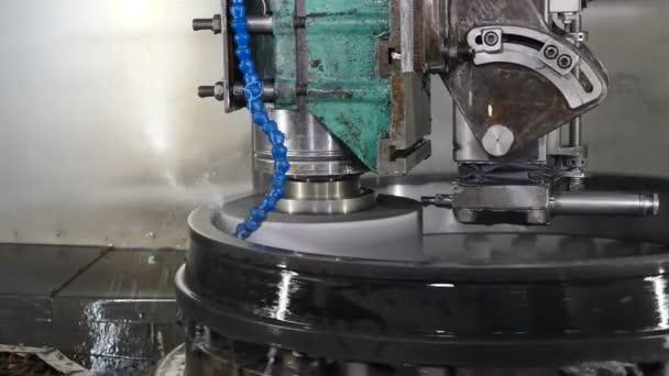 Nehézipari koncepció. Köszörűkő lemez Polírozó fém felület csapágyak gyártása. Hűtővízzel felszerelt hengergép. A csapágyszerelés technológiai része. közelről. 4k