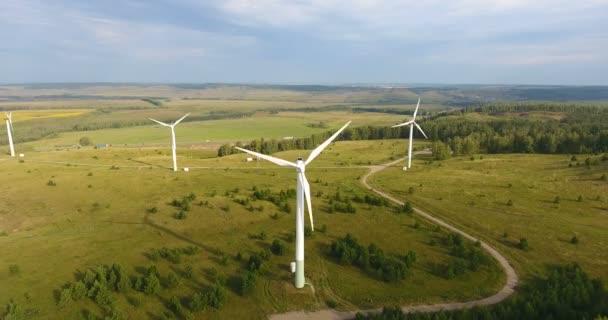 Russland. Ufa. Umweltfreundliche Energie. Luftaufnahme des Windgenerators. Windmühlen- oder Windkrafttechnikkonzept. Elektrische Stromerzeugung. Grüne Energie. 4k
