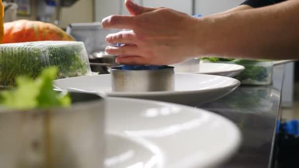 Prozess des Kochens und Dekorierens vegetarischer Salat mit, Kenoa und Gemüse. pflanzliche Ernährung gesunde Ernährung. Ausbildung in einer Kochschule, Konzept. Koch bereitet Salat .shot in 4k zu