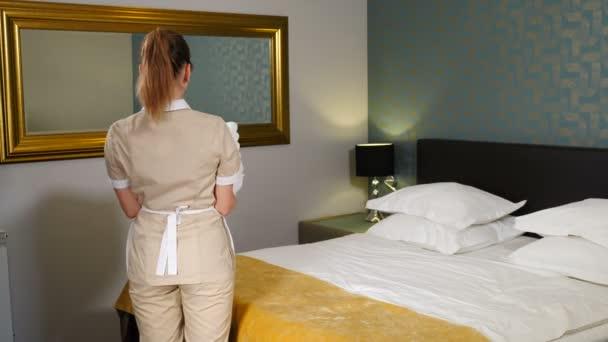 Veselá hospodyně s hromadou čistých ručníků, prádelna. Příprava hotelového pokoje. Pokojská uklízí v hotelovém apartmá a přináší obyvatelům málo čistých čistých ručníků. Hotelová služba. 4 k