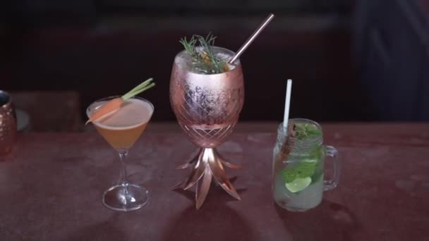 3 Cocktails; Karotte, Orange, Zitrone mit Licht und Schatten.