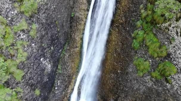 Letní vodopád na skalách. Duruitoarea vodopád v rumunských Karpatech.