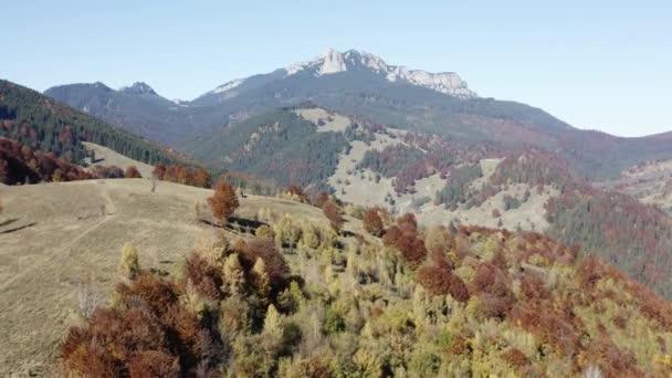 Podzimní les panorama hor s skalní masiv Ceahlau za
