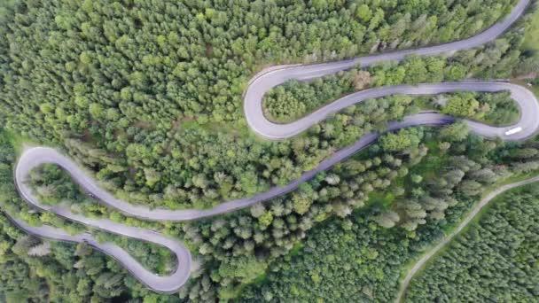 Letní horská silnice vinutí, provoz dron zobrazení. Horský průsmyk přes zelený Les v Rumunsku
