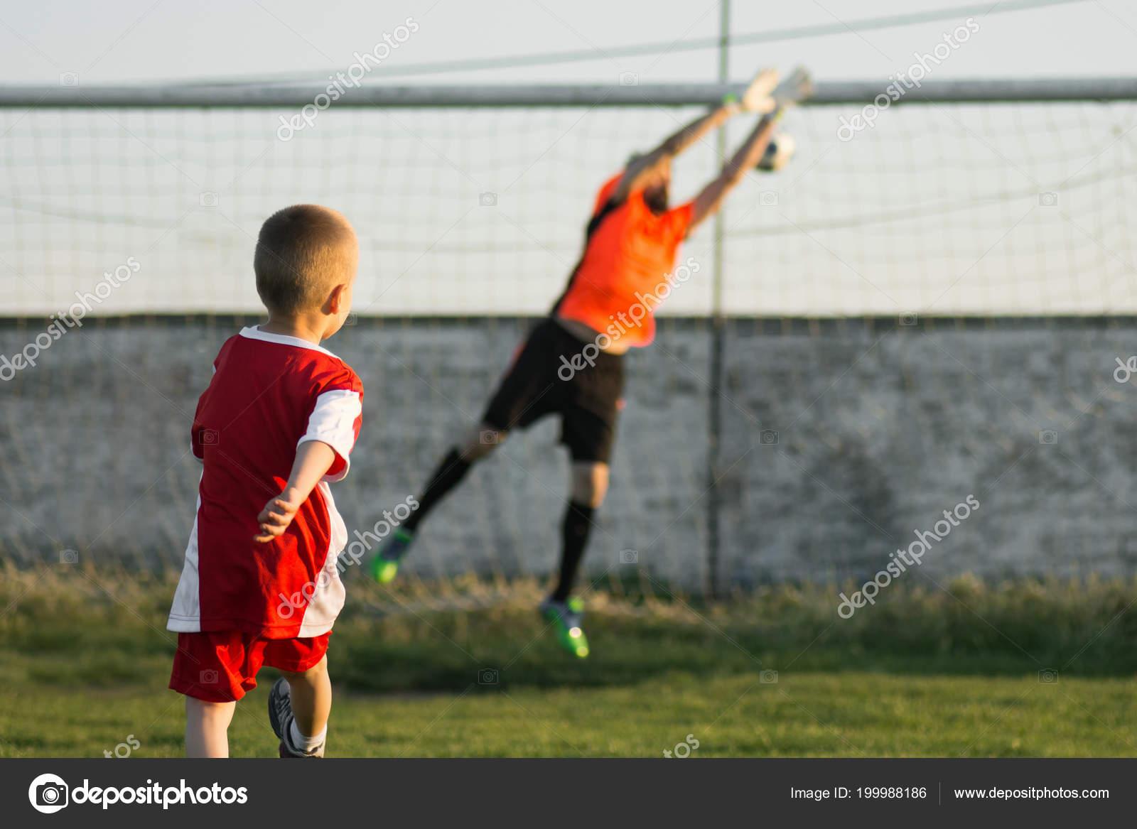 Pequeno Anos Chico Como Jugador Futbol Patea Gol Portero Aire Foto