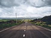 malebné záběr prázdné silnice s horami v pozadí, Arménie