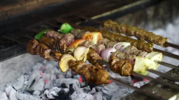 Főzés barbecue shish kebab a Hot szén grill grill fényes lángok a fekete háttér, cookout koncepció, közelről, felülnézet