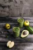 Photo Fresh healthy smoothie with apples and avocado on rustic table