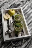 Vynikající detoxikační koktejl v brýlích na rustikální dřevěný tác