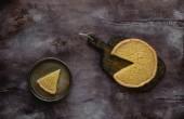 Fotografia vista superiore della torta al limone gustoso su tavola di legno e piastra