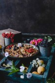 Fotografia gustosa torta con frutti di bosco sul cassetto di legno