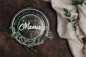 Fotografie pohled shora vintage desky s fenyklem a ubrus na tmavý povrch, menu nápis