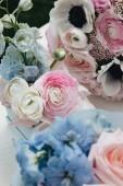 Mazzo di bella primavera con i fiori di ranuncolo rosa tenero, elegante decorazione floreale