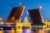 Húzott palota híd és Kunstkamera Múzeum fehér éjszaka, St. Petersburg, Oroszország