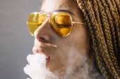 Afrikai nő dohányzás fehér füst vízipipa