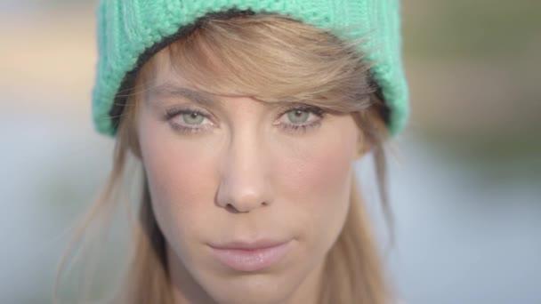 Nagyon szép zöld szeme nő mosolyog kamera.