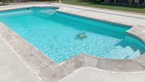 Pool in einer Luxusvilla in urbanisation von Spanien.