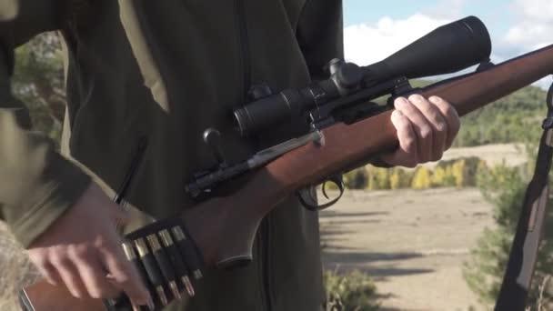 Hunter férfi kezében egy puska teleszkópos látvány golyókkal