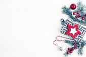 pohled shora vánočních ozdob na bílém pozadí v barvě vintage