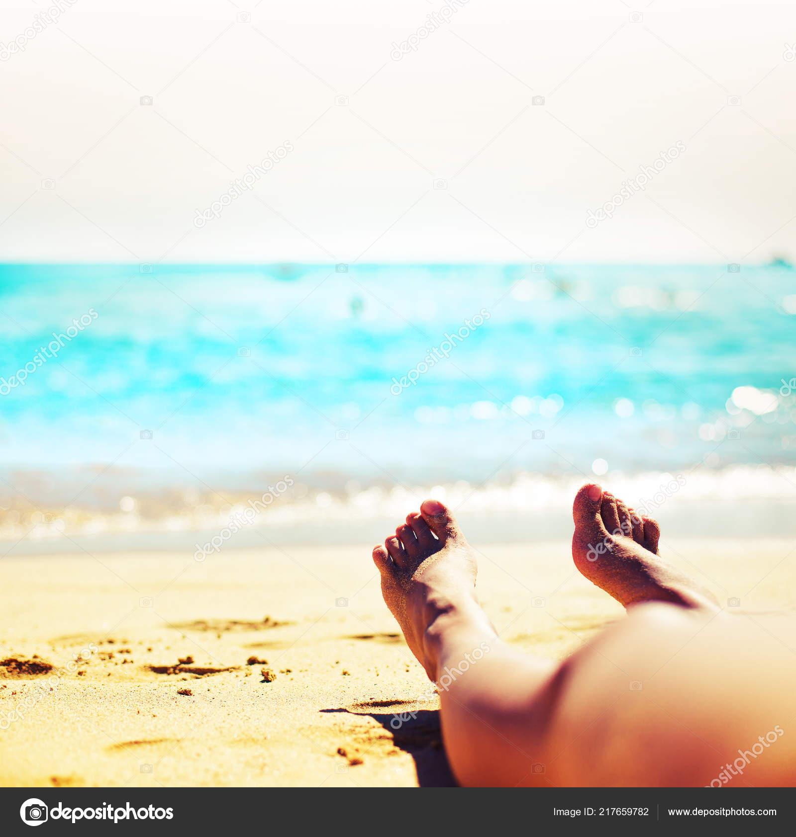1538313511 Περικομμένη Εικόνα Γυναικεία Πόδια Ξαπλωμένος Στην Άμμο Στην Παραλία —  Φωτογραφία Αρχείου