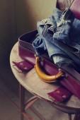 Vértes nézet ruhát bőröndbe csomagolva