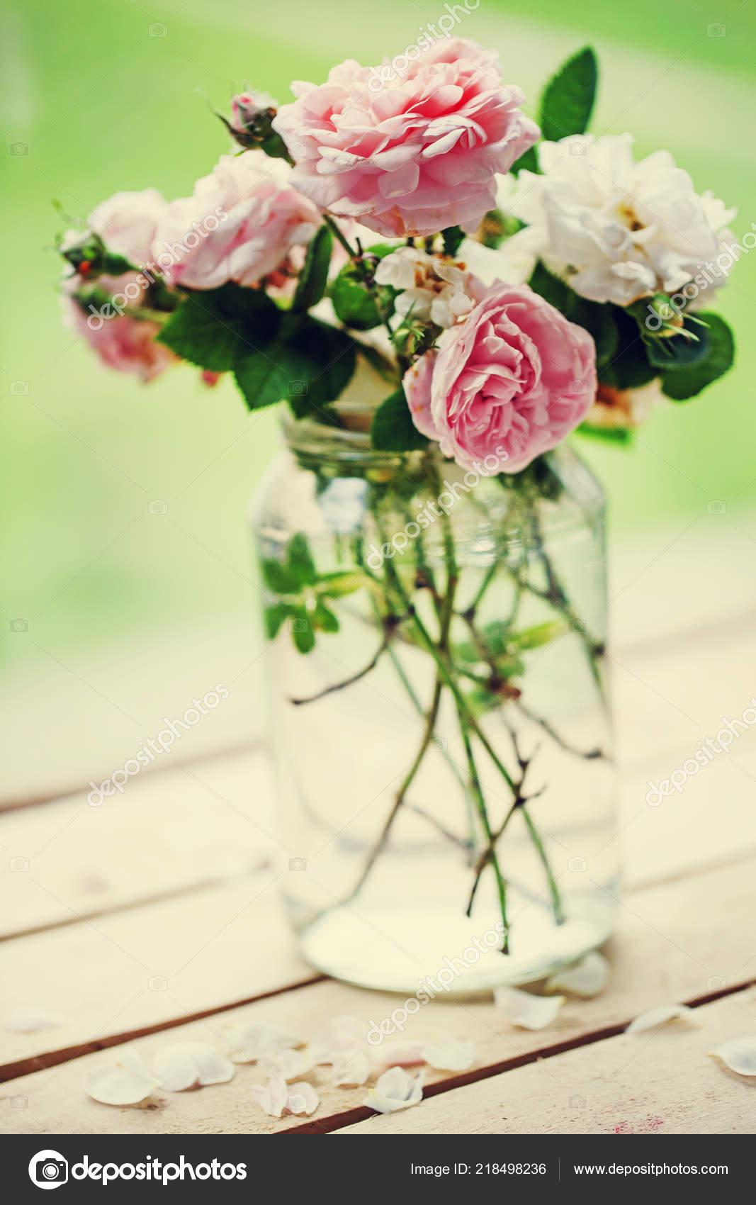 Roses Pivoine Rose Blanc Dans Recipient Sur Table Jardin Bois