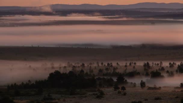 Köd hajnalban szélmalmok a háttérben táncol