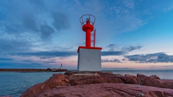 Zeitraffer des Sonnenuntergangs am Eingang zur Marina mit Leuchtturm