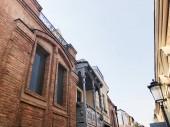 Régi Tbiliszi építészet, ablakok és erkély külső dekoráció-nyári nap