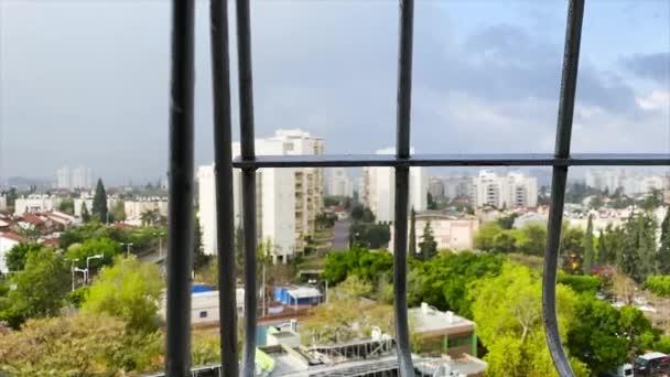 Pohled z okna. Deštivé počasí ve městě