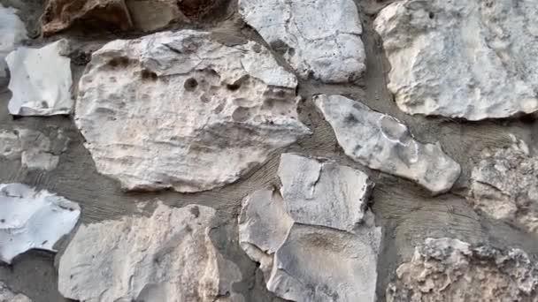 Šedá masivní kamenná zeď
